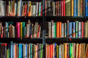 Libreria con libros de estudio