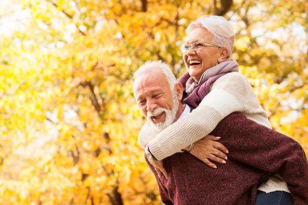 Pareja personas mayores felices