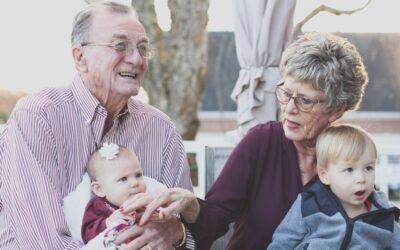 Abuelos cuidando a sus nietos