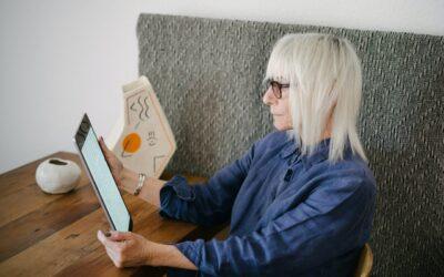 Mujer senior compra online